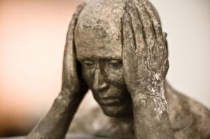 head-in-hands-sculpture-670x446